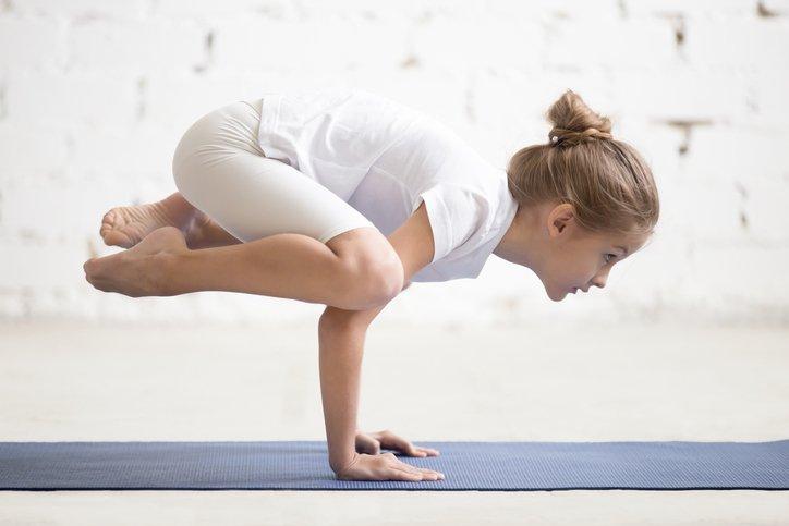 Niña prácticando yoga