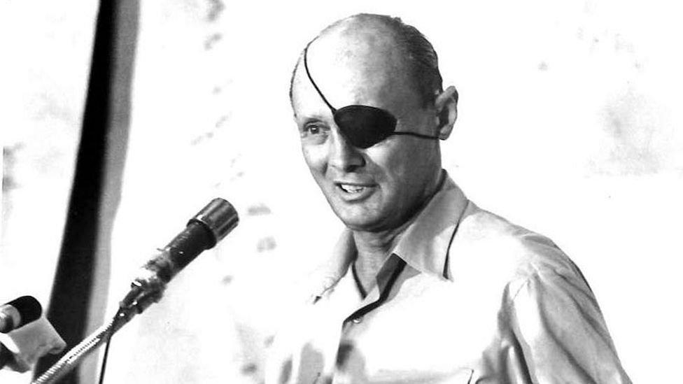 موشيه ديان وزير الدفاع الإسرائيلي في عام 1967