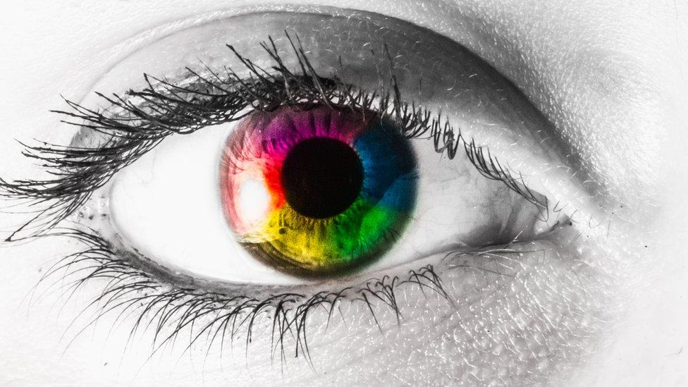 Un ojo con colores alrededor.