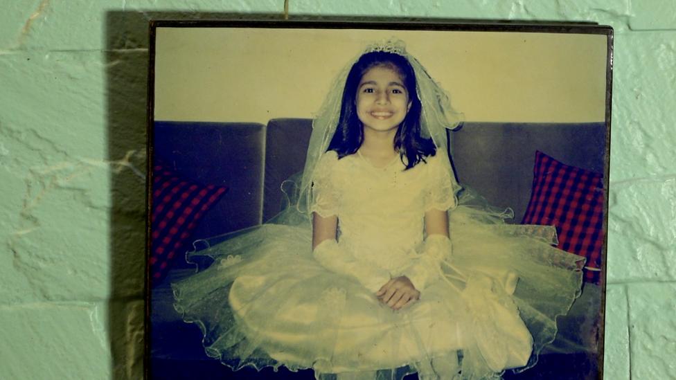 صورة ناتاشا المعلقة في غرفة نومها