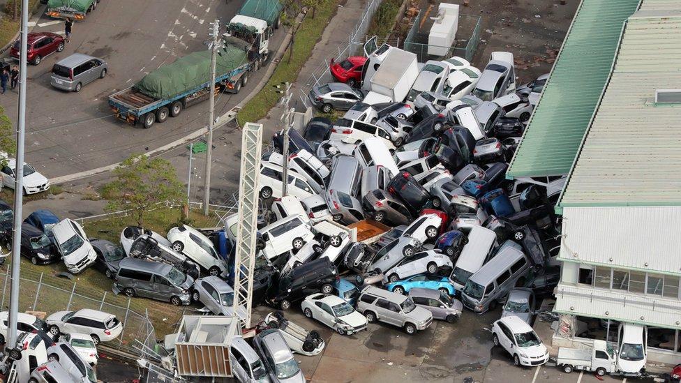 Slika iz vazduha pokazuje prevrnute automobile u gradu Kobe