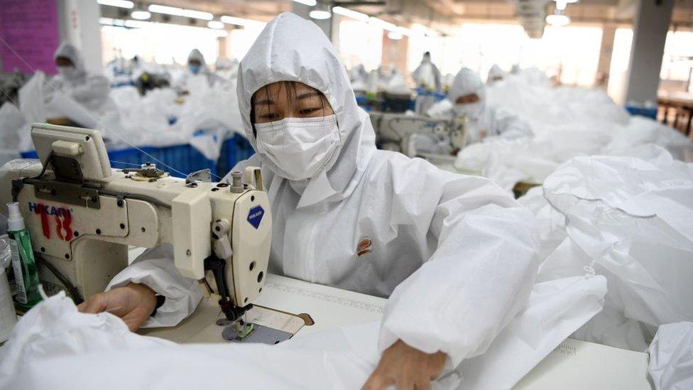 Trabajadora china en fábrica.