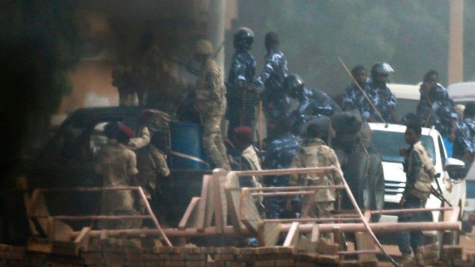 اقتحام قوات الأمن السودانية منطقة اعتصام محتجين أمام مقر وزارة الدفاع مما تسبب في سقوط ضحايا