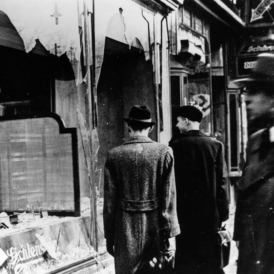 Vitrinas rotas en Berlín, después de la Noche de los Vidrios Rotos