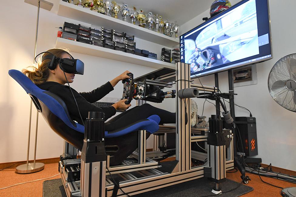 صوفيا فلوريش تتمرن في منزلها عبر محاكاة الواقع الافتراضي