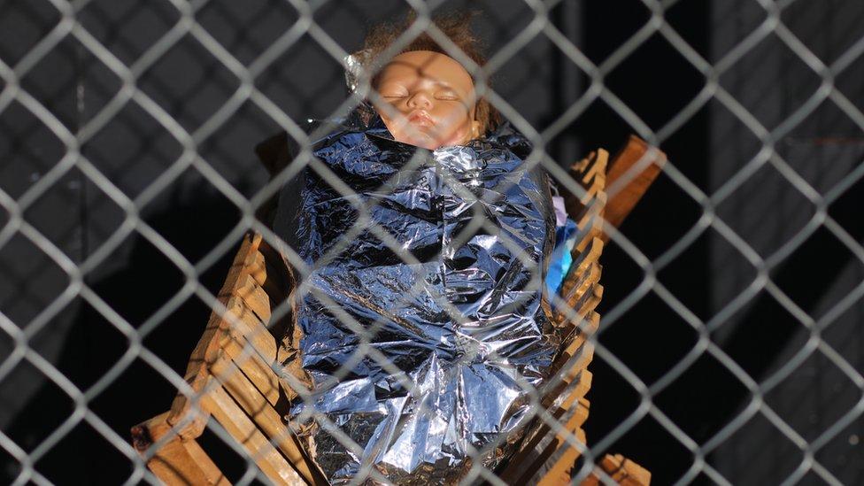 El Niño Dios envuelto en una manta isotérmica