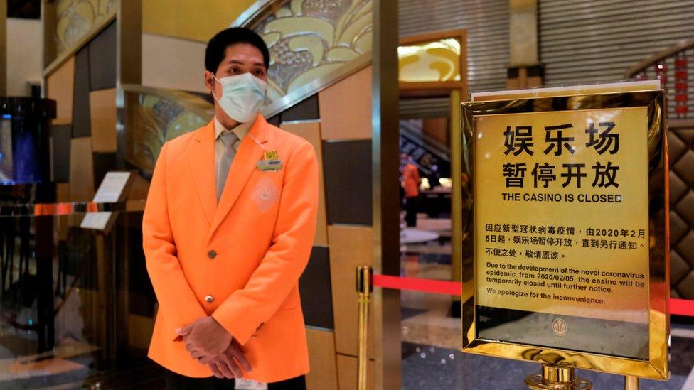 澳門新葡京賭場一名員工看守已拉起封鎖線的賭廳入口(4/2/2020)
