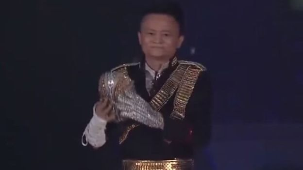 Jack Ma tambil di acara Alibaba pada tahun 2017 dengan mengenakan pakaian yang terinspirasi Michael Jackson.