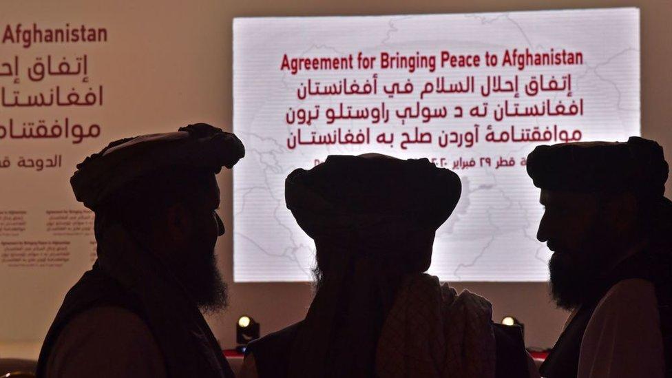 Miembros del Talibán durante una ceremonia de firma de acuerdo con EE.UU., en Qatar, febrero 29, 2020