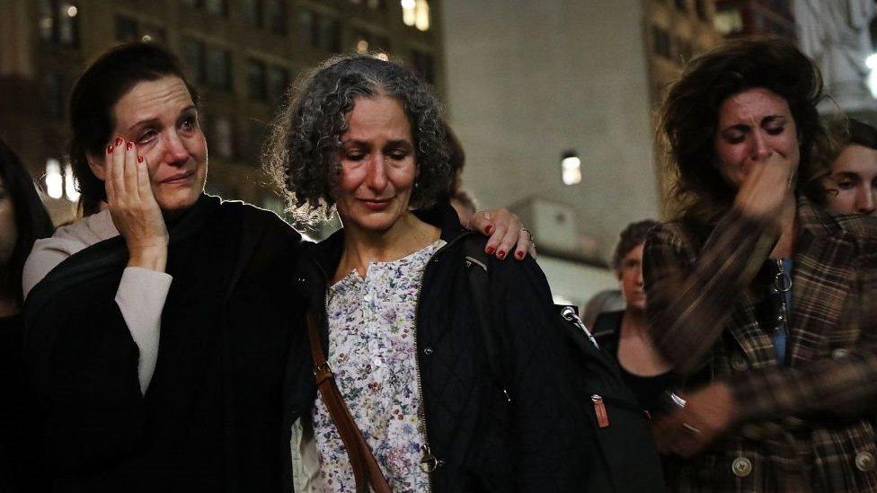 نساء تبكي على ضحايا الاعتداء الجنسي أمام محكمة في بروكلين أثناء وقفة احتجاجية تدعو إلى وقف ترشيح مرشح المحكمة العليا الجمهوري القاضي بريت كافانو في 3 أكتوبر/تشرين الأول 2018 في مدينة نيويورك.