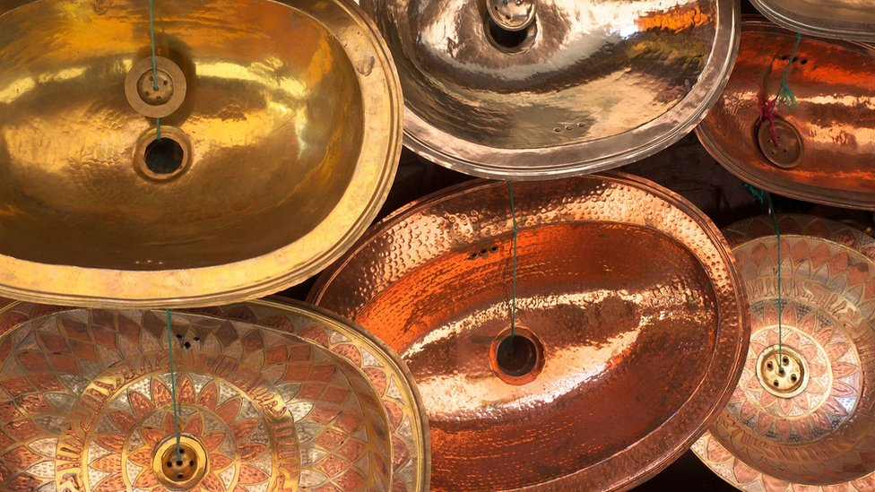 摩洛哥索維拉市集內出售的手工銅質洗手盤
