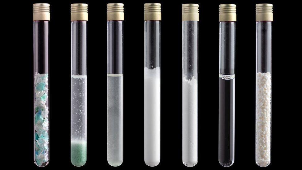 plastik parçalarıyla dolu tüpler
