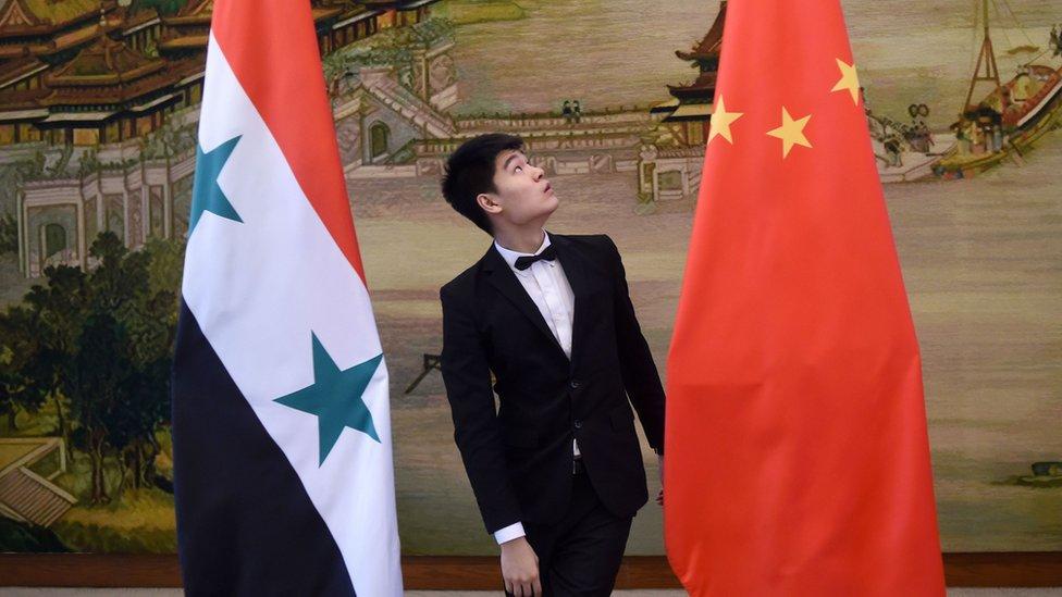 الضيف الأجنبي الأول حين أدى بشار الأسد اليمين يوم السبت الماضي، كان وزير الخارجية الصيني وانغ يي.