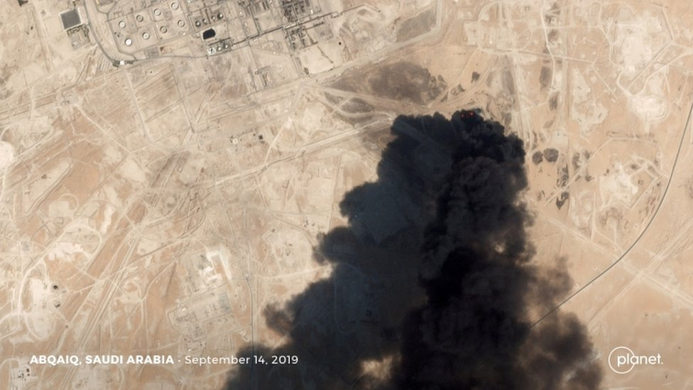 صورة بالقمر الصناعي للدخان المتصاعد من الحريق الناجم عن الهجوم على منشأة أرامكو في بقيق