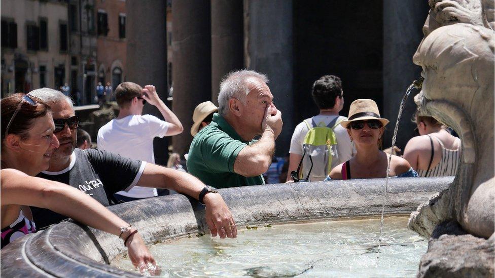turisti se umivaju u fontani