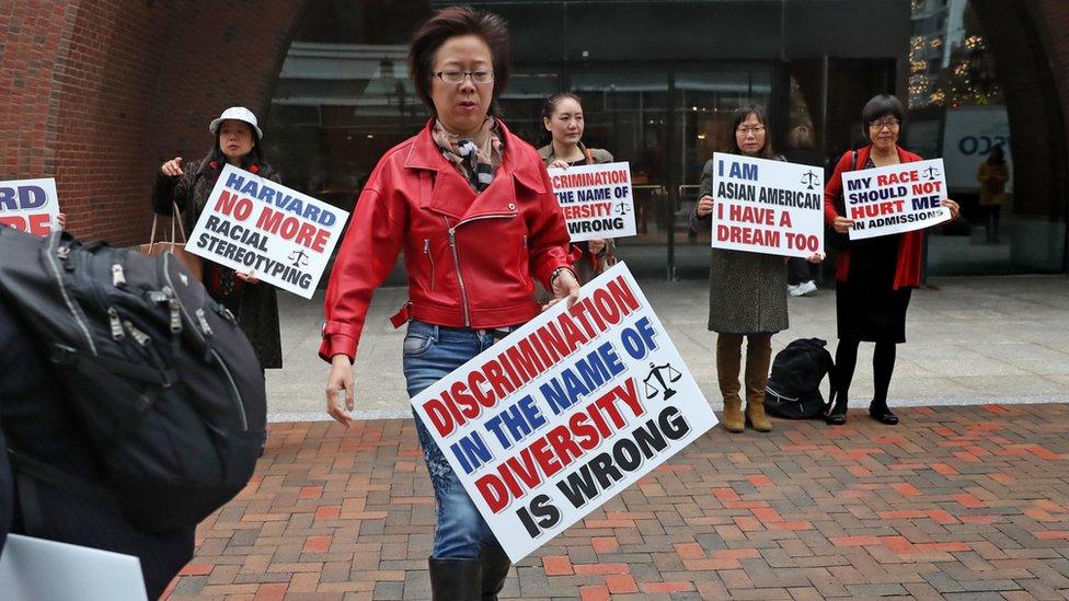 """去年美國另一所名校哈佛大學也被指招生過程中涉嫌歧視亞裔申請者(圖為美國法院外的華裔示威者,標語上寫著""""以多元化為名的歧視是錯的"""",資料照片)"""