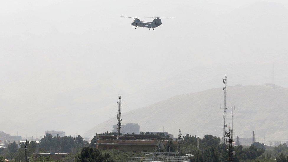 Un helicóptero militar de EE.UU. sobrevuela Kabul durante la evacuación de personal, 15 de agosto de 2021