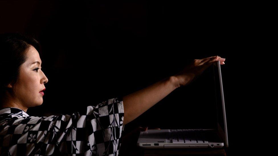 bilgisayara bakan bir kadın