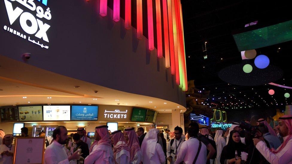 Sauditas en un cine en Riad.
