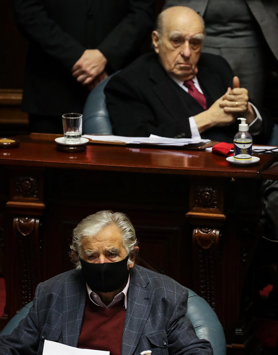 """Julio María Sanguinetti (arriba) y José """"Pepe"""" Mujica durante su sesión de despedida en el Senado"""