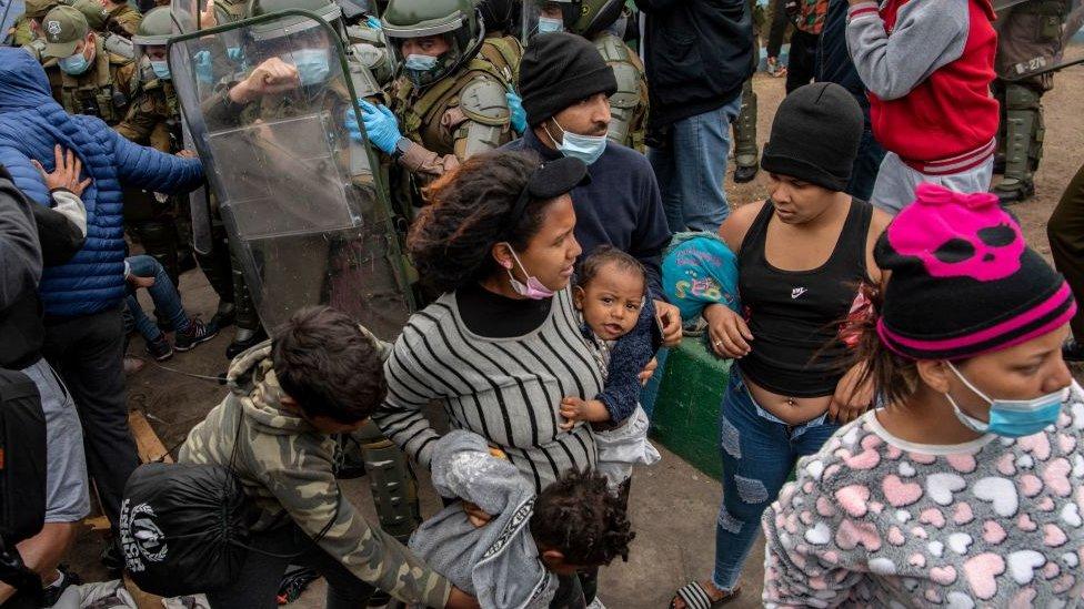 Antes de la marcha del sábado, varios migrantes que estaban viviendo en carpas en una plaza en el centro de la ciudad de Iquique habían sido desalojados por la policía.