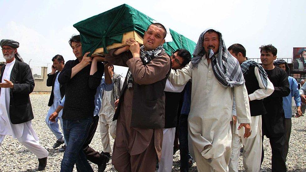 Afganos llevan el ataúd de una víctima durante una ceremonia fúnebre en Kabul, Afganistán, el 24 de julio de 2016, tras un ataque que se atribuyó Estado Islámico.