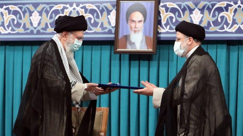 إبراهيم رئيسي (يمين) مع المرشد الأعلى الإيراني، آية الله علي خامنئي