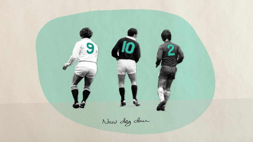Jugadores de fútbol de espaldas.