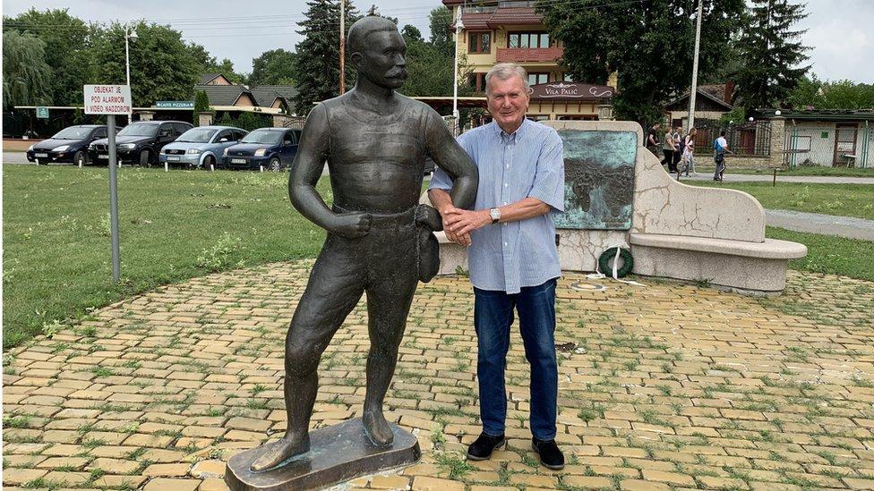 Mihalj Vermeš sa dedinim spomenikom