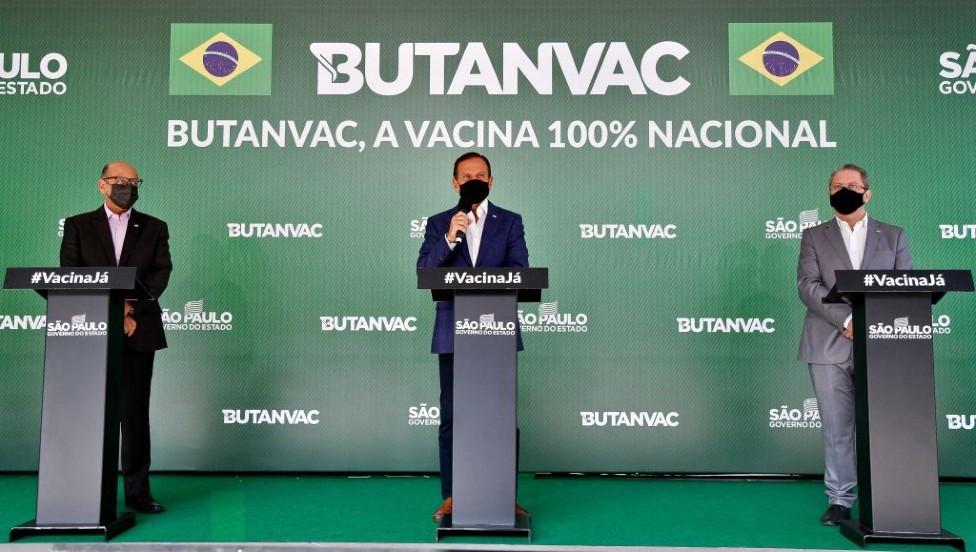 Dimas Covas, director del Instituto Butantan, Joao Doria, gobernador de Sao Paulo y Jean Gorinchteyn, secretario de Salud de Sao Paulo,