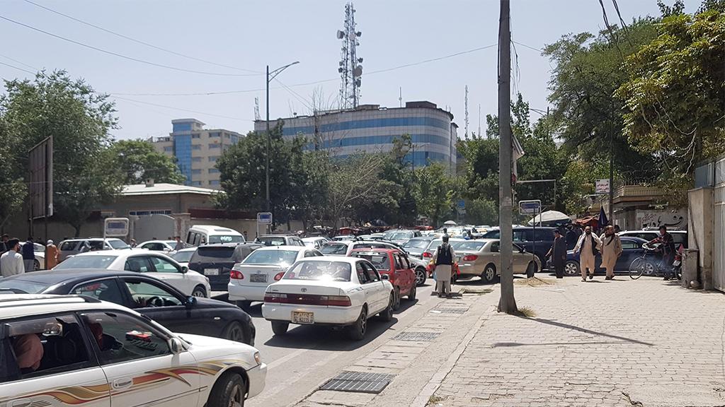 El tráfico se intensificó cuando el Talibán llegó a las afueras de Kabul.