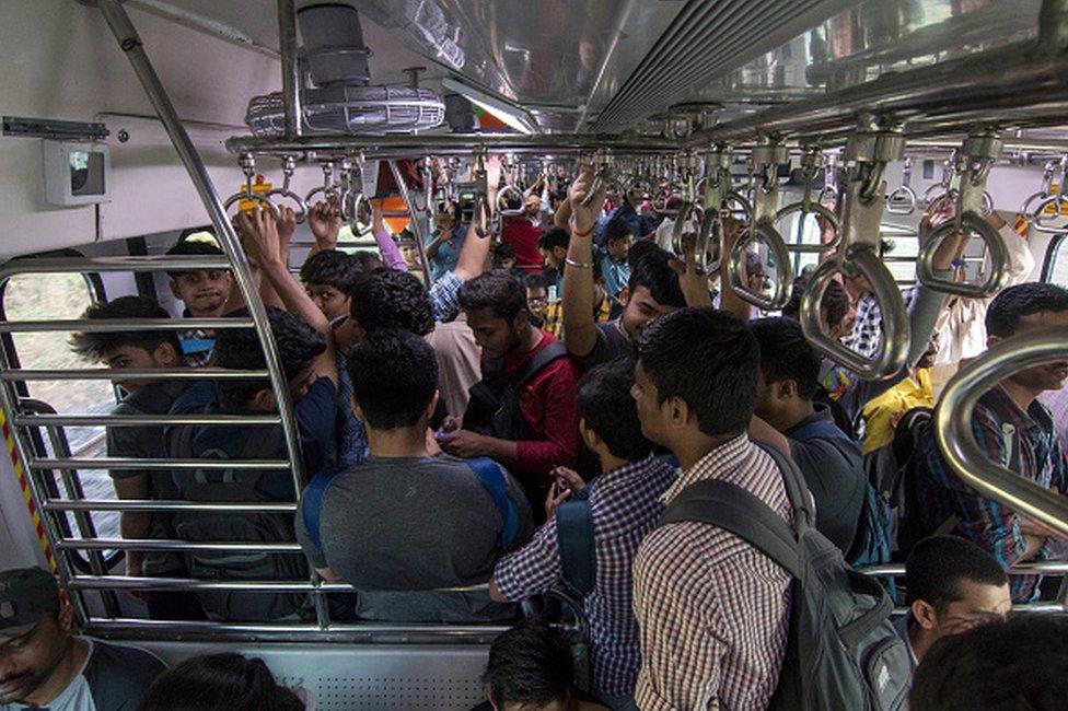 ركاب في قطار بالهند
