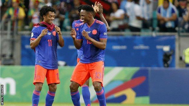 اعبان من فريق كوبومبيا يحتفلان بالفوز في مبارة مع الأرجنتين في 2019
