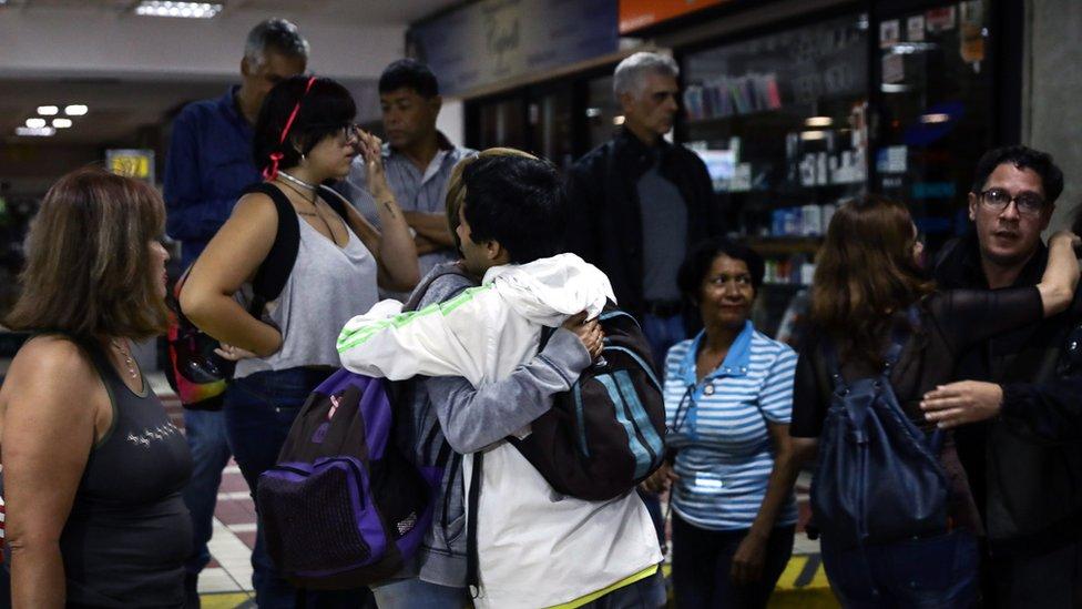Personas abrazándose a las afueras de la sede del partido Voluntad Popular