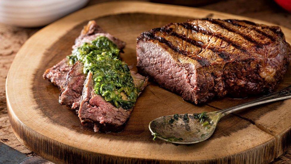 Plato de carne asada con chimichurri.