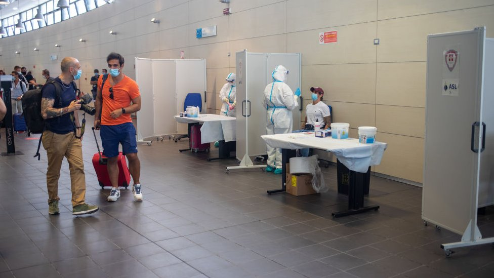 Pruebas de coronavirus en el aeropuerto de Turín en Italia.