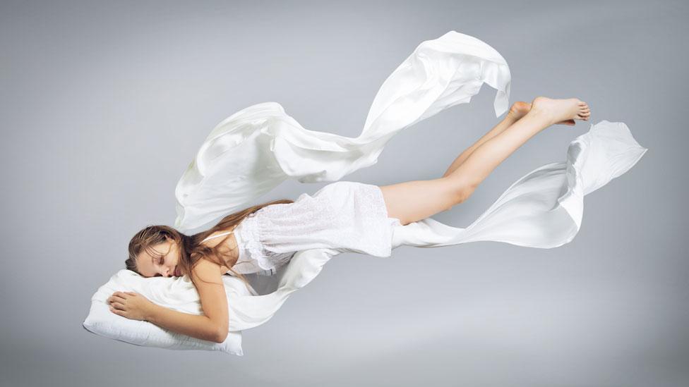 Mujer dormida que vuela