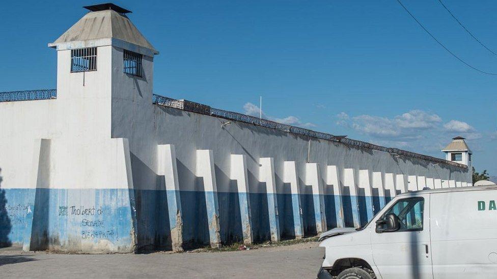 Fachada de la prisión Croix-des-Bouquets.