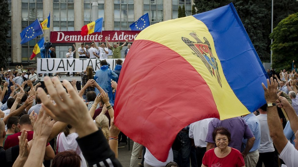 Protesters rally in the Moldovan capital Chisinau 6 September 2015