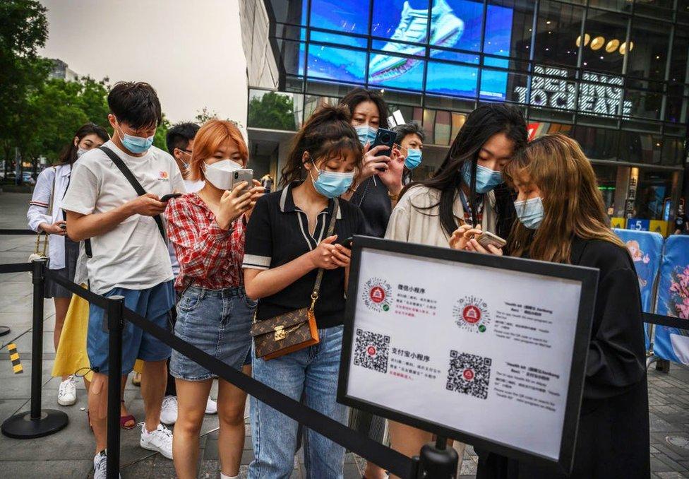 北京民眾需要掃描二維碼以出示綠色健康碼進入三里屯。