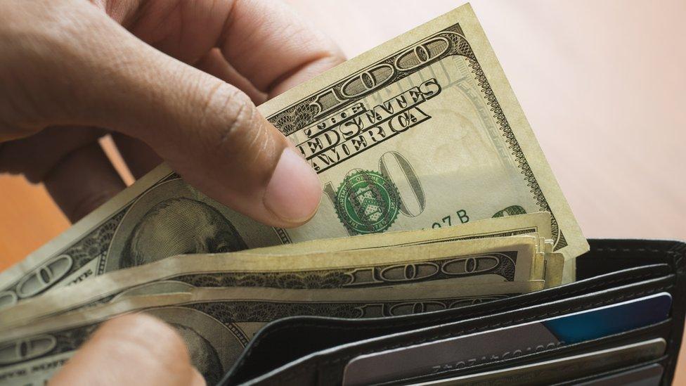 Mano con billetera