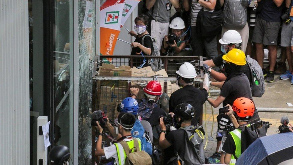 Algunos manifestantes atacaron oficinas del gobierno.