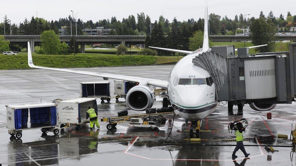 بوينغ 737-800 تابعة لخطوط ألاسكا الجوية تقف في مطار سيتاك الدولي في واشنطن