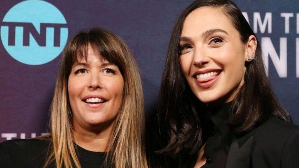 باتي جينكينز (يسار) مع الممثلة جال جادوت