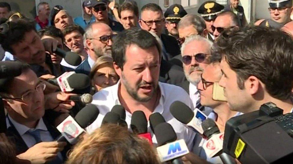 وزير الداخلية الإيطالي في صقلية حيث طالب بترحيل المهاجرني غير المسجلين