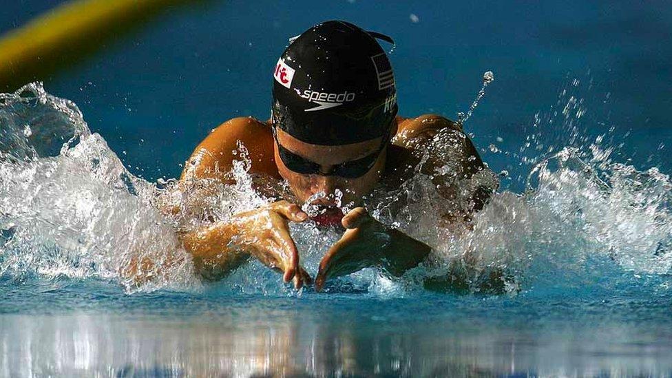 Tara Kirk Sell nadando haciendo braza
