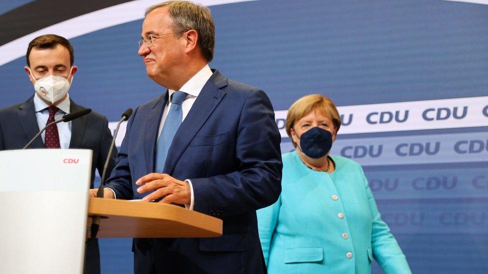 Дайджест: партия Меркель теряет лидерство, Германии грозит политический вакуум