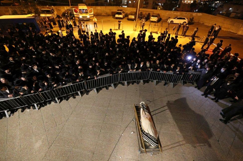 تجمع المشيعون في جنازة مناحيم كاندولويتز في القدس السبت.