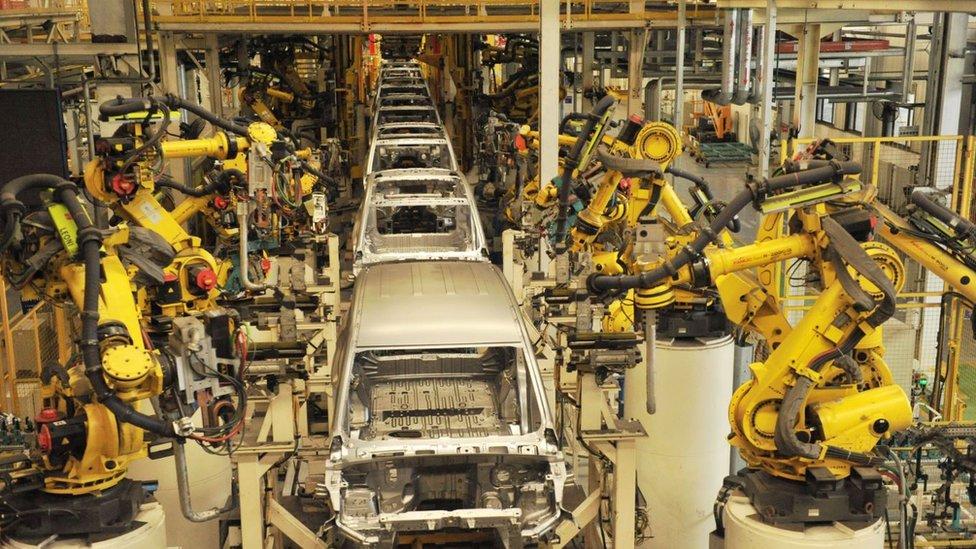Robots ensamblando automóviles en una fábrica de SGMW, en Qingdao, en el este de China.