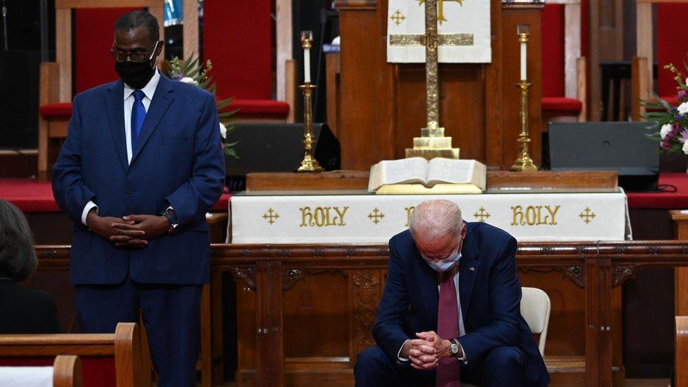 El pastor Silvester Beaman, de pie junto a Biden en su iglesia de Wilmington.